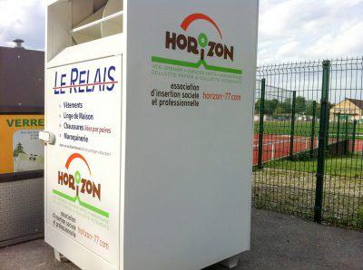 Marquage des conteneurs textiles de l'association Horizon, à Meaux