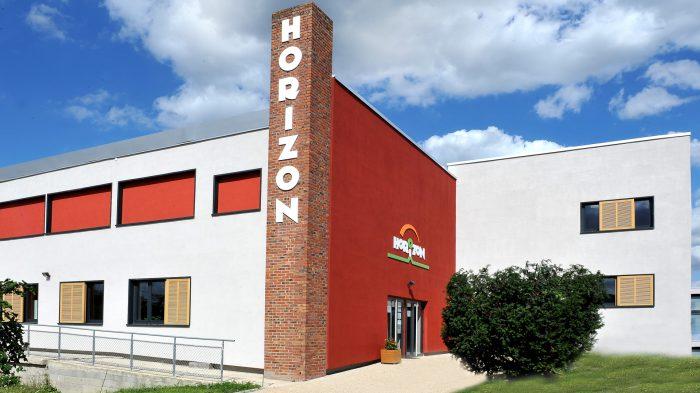 Vue générale du logo en lettres relief Komacel de l'association Horizon à Meaux.