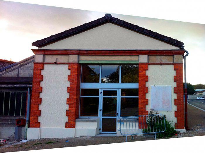Création de l'enseigne pour la réhabilitation d'une ancienne usine de couverts en locaux et services municipaux. Usine avant enseigne