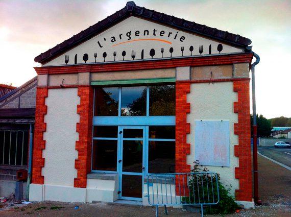Création de l'enseigne pour la réhabilitation d'une ancienne usine de couverts en locaux et services municipaux.