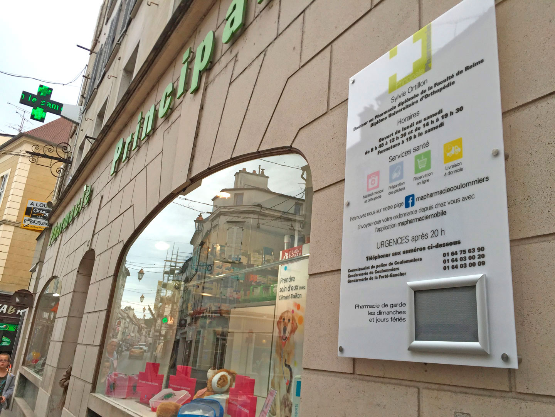panneau d'horaires de la Pharmacie Principale de Coulommiers