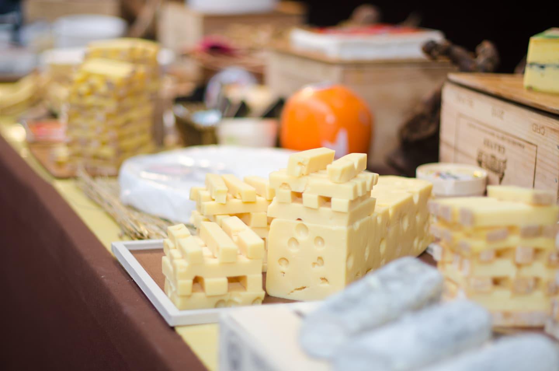 Gros plan du stand fromage à la halle de la Cité du Cinéma à Saint-Denis (Seine-saint-Denis) pour le Noël du comité d'entreprise de Parrot