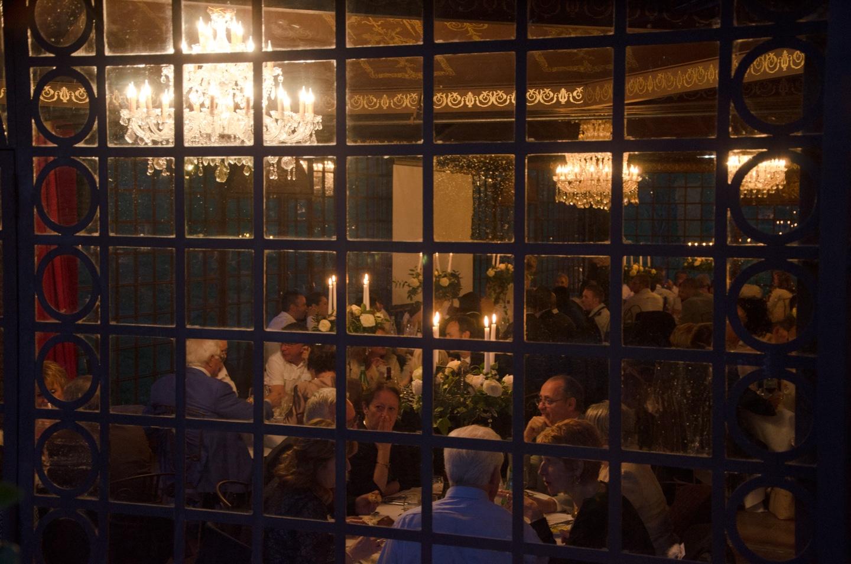 Plan serré de la salle de repas de la soirée préparée par France Prestige Services