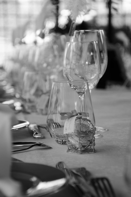 Gros plan de la table de repas de la soirée préparée par France Prestige Services