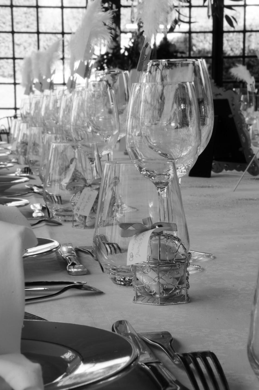 Plan serré de la table de repas de la soirée préparée par France Prestige Services