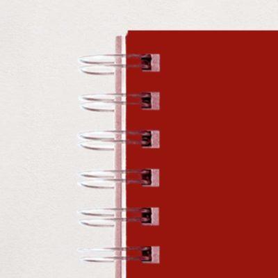 Gros plan des spirales métal du carnet de notes personnalisable