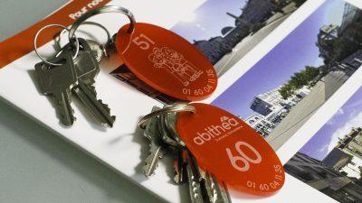 Porte-clés abithéa réalisés avec une gravure laser et une découpe laser sur un pvc rouge