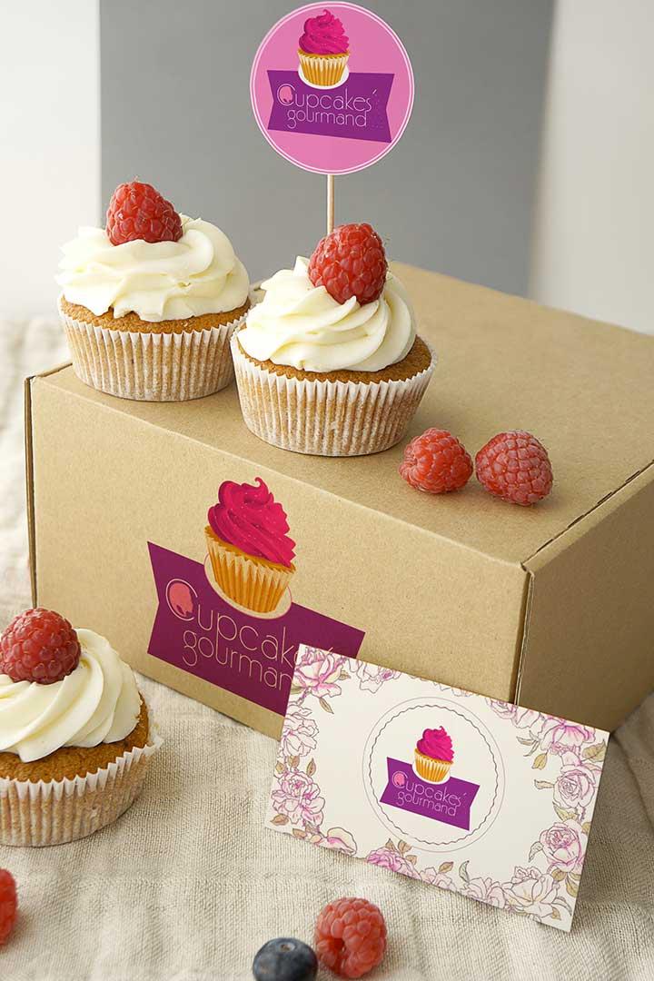 Packaging personnalisé avec le logo Cupcakes'Gourmand, carte de visite et logo de la pâtissière Johana Lemeunier