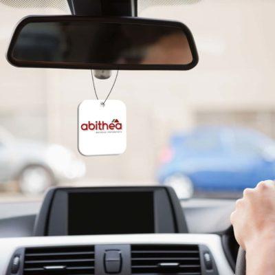 Mise en situation numérique du recto pour le modèle 1 de désodorisant voiture pour la franchise abithéa. Choisissez le modèle, sa version, nous personnaliserons votre support de communication.