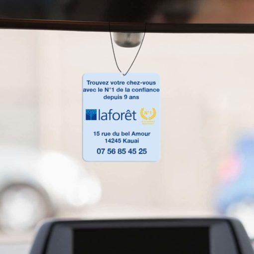 Mise en situation numérique du recto (proposition 2) pour le modèle 1 de désodorisant voiture pour la franchise Laforêt. Choisissez le modèle, sa version, nous personnaliserons votre support de communication.