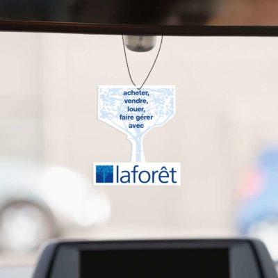 Mise en situation numérique du verso (proposition 1) pour le modèle 2 de désodorisant voiture pour la franchise Laforêt. Choisissez le modèle, sa version, nous personnaliserons votre support de communication.