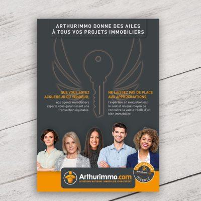Mise en situation numérique du recto avec fond pour le modèle «On vous donne des ailes» du flyer pour la franchise Arthurimmo. Choisissez le modèle, sa version, nous personnaliserons votre support de communication.