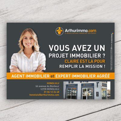 Mise en situation numérique du recto visuel agent immobilier avec fond pour le modèle «Vous avez un projet immobilier» du flyer pour la franchise Arthurimmo. Choisissez le modèle, sa version, nous personnaliserons votre support de communication.