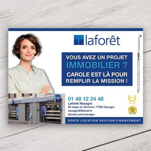Mise en situation numérique du recto visuel agent immobilier avec fond pour le modèle «Vous avez un projet immobilier» du flyer pour la franchise Laforêt. Choisissez le modèle, sa version, nous personnaliserons votre support de communication.