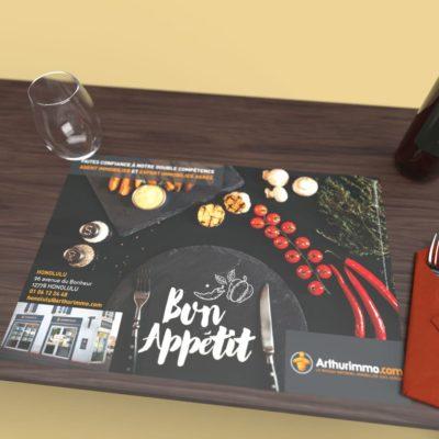 Mise en situation numérique du Mise en situation pour le modèle Ardoise du set de table pour la franchise Arthurimmo. Choisissez le modèle, sa version, nous personnaliserons votre support de communication.