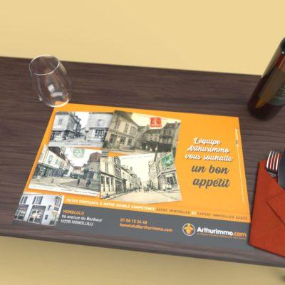 Mise en situation numérique du Mise en situation pour le modèle Histoire du set de table pour la franchise Arthurimmo. Choisissez le modèle, sa version, nous personnaliserons votre support de communication.