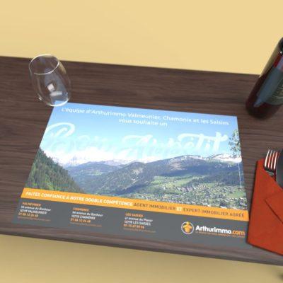 Mise en situation numérique du Mise en situation pour le modèle photo locale du set de table pour la franchise Arthurimmo. Choisissez le modèle, sa version, nous personnaliserons votre support de communication.