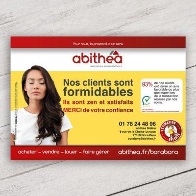 Mise en situation numérique du visuel femme avec fond pour le modèle «Nos clients sont formidables» du flyer pour la franchise abithéa. Choisissez le modèle, sa version, nous personnaliserons votre support de communication.