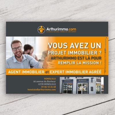 Mise en situation du visuel photo générique avec fond pour le modèle «Vous avez un projet immobilier ?» du flyer pour la franchise Arthurimmo. Choisissez le modèle, sa version, nous personnaliserons votre support de communication.