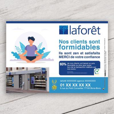 Mise en situation du visuel dessin avec fond pour le modèle «nos clients sont formidables» du flyer pour la franchise Laforêt. Choisissez le modèle, sa version, nous personnaliserons votre support de communication.