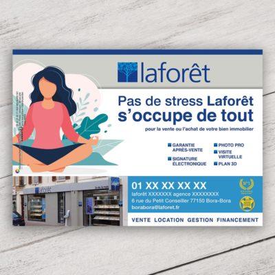 Mise en situation du visuel dessin avec fond pour le modèle «Pas de stress » du flyer pour la franchise Laforêt. Choisissez le modèle, sa version, nous personnaliserons votre support de communication.
