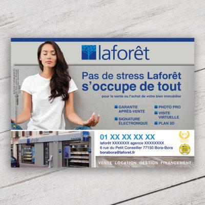 Mise en situation du visuel femme avec fond pour le modèle «Pas de stress » du flyer pour la franchise Laforêt. Choisissez le modèle, sa version, nous personnaliserons votre support de communication.